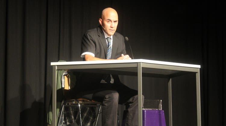 Simon Chen bei seinem Auftritt im Kleintheater Grenchen. (zvg)