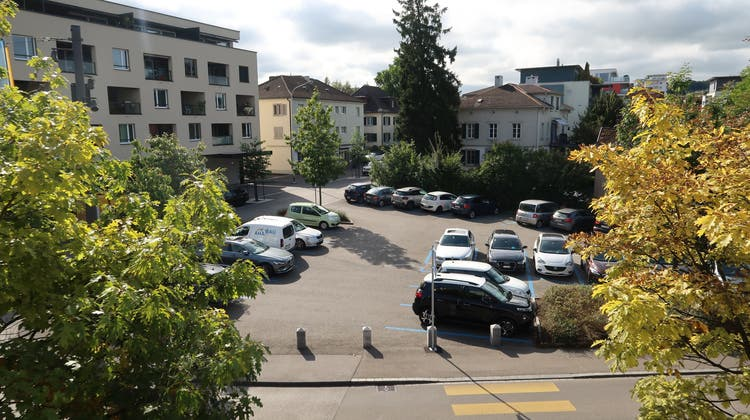 Ab Montag wird der Parkplatz beim Einkaufszentrum Karussell gesperrt. Um die Villa Windeggdahinter entsteht eine Überbauung. (Bild: Emil Keller)