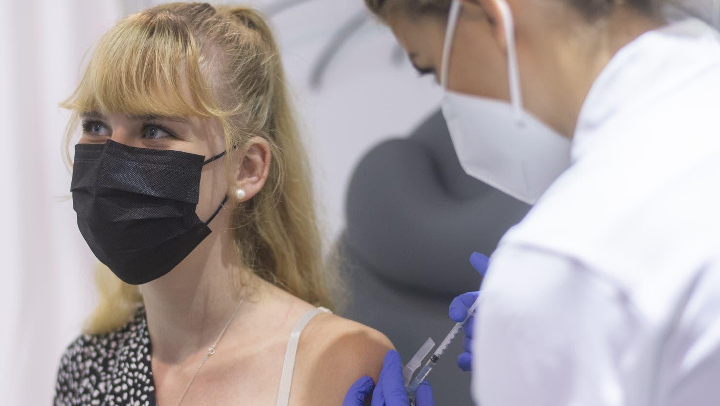 Nicht geimpft oder nicht genesen? Ab Montag gilt in Bündner Spitälern für das Personal eine Testpflicht. (Keystone)