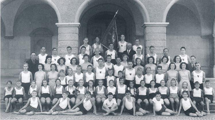 Satus-Turnerinnen und -Turner bei einem Gruppenfoto um die 1940er. (Bild: PD)