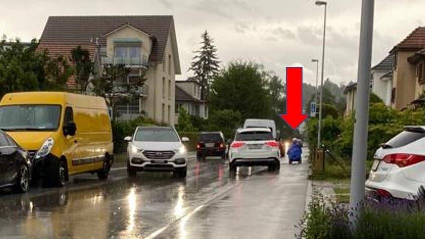 Autofahrer fahren in der Schlieremer Freiestrasse oft aufs Trottoir – sogar wenn ein Rollstuhlfahrer dieses benutzt (siehe roter Pfeil). (zvg)