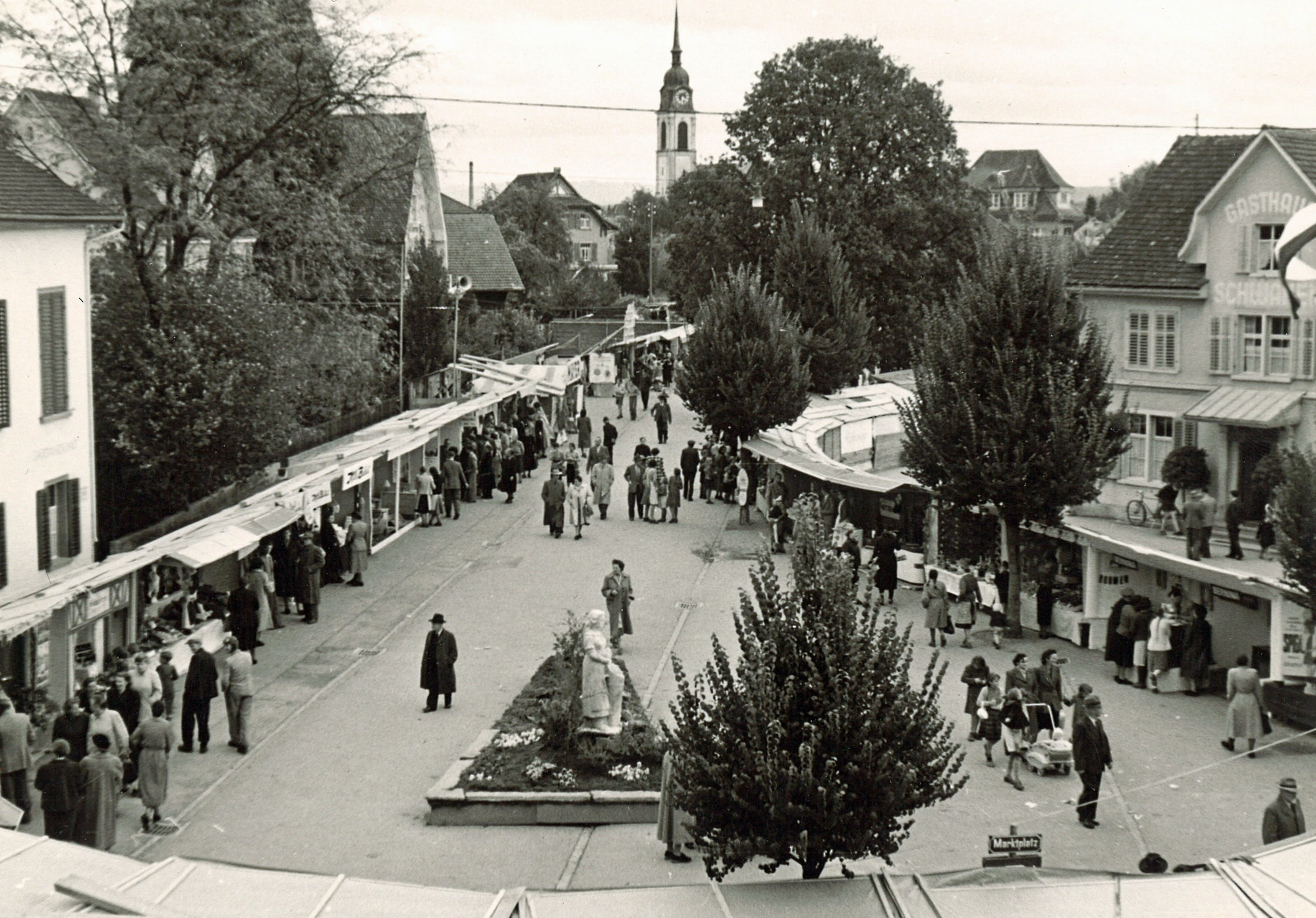 So sah der Marktplatz an der Wega 1953 aus. Im Hintergrund erkennt man die katholische Kirche.