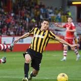 Kairats Yermek Kuantayev (rechts) erobert den Ball im Qualifikationsspielgegen Aberdeen. (Bild: Skysports.com)