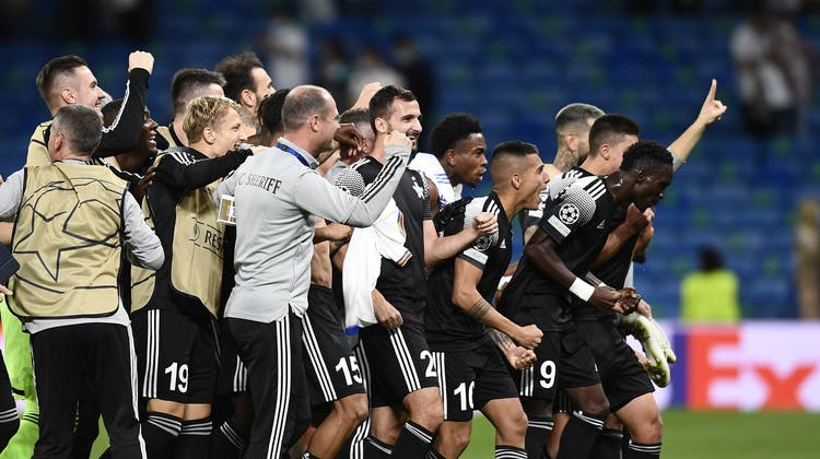 Sheriffs Torhüter Giorgos Athanasiadis (links) undDimitris Kolovos feiern den überraschenden Sieg ihres Teams gegen Real Madrid. (Jose Breton / AP)