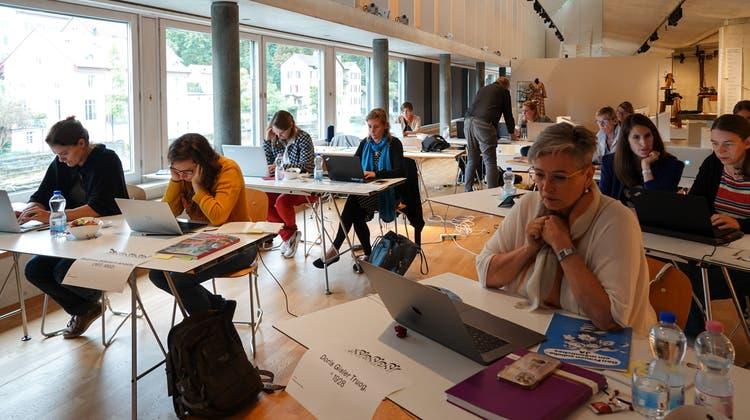 Die  Teilnehmerinnen editieren im Historischen Museum Baden konzentriert ihre Wikipedia-Beiträge (Ursula Burgherr)
