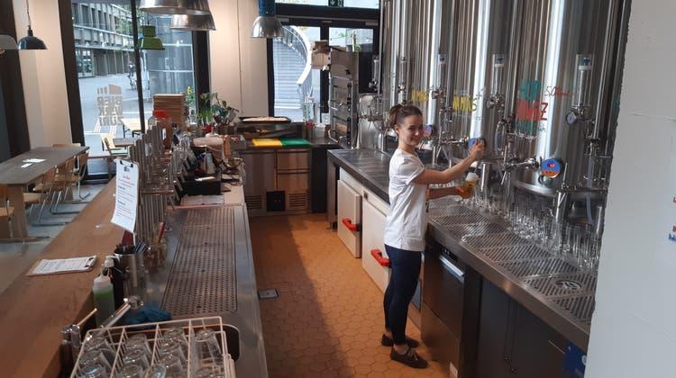 Bierwerk-Mitgründerin Lidia De Petris zapft ein selbst gebrautes Bier im Restaurant an der Europaallee. (Matthias Scharrer)