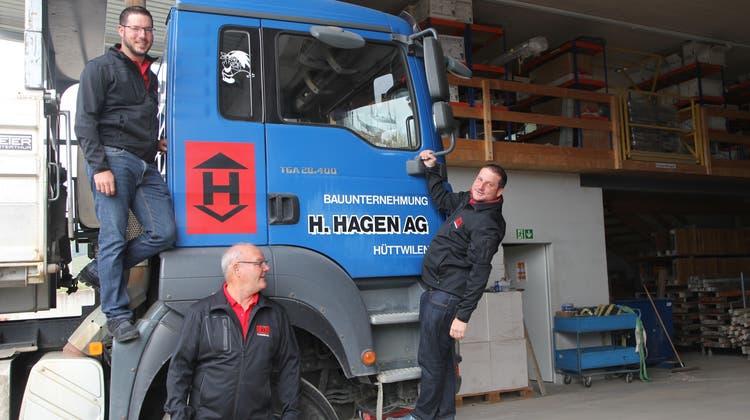 Seniorchef Andreas Hagen (Bildmitte) mit seinen Nachfolgern Christian und Martin im 2016 erbauten Werkhof. (Bild: Christine Luley)