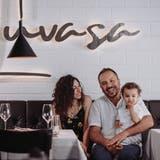 Salvatore und Valeria Reina, hier mit Sohn Luigi, eröffneten in der alten Teppichfabrik in Buchs das Restaurant Luvasa. (Bild: PD)