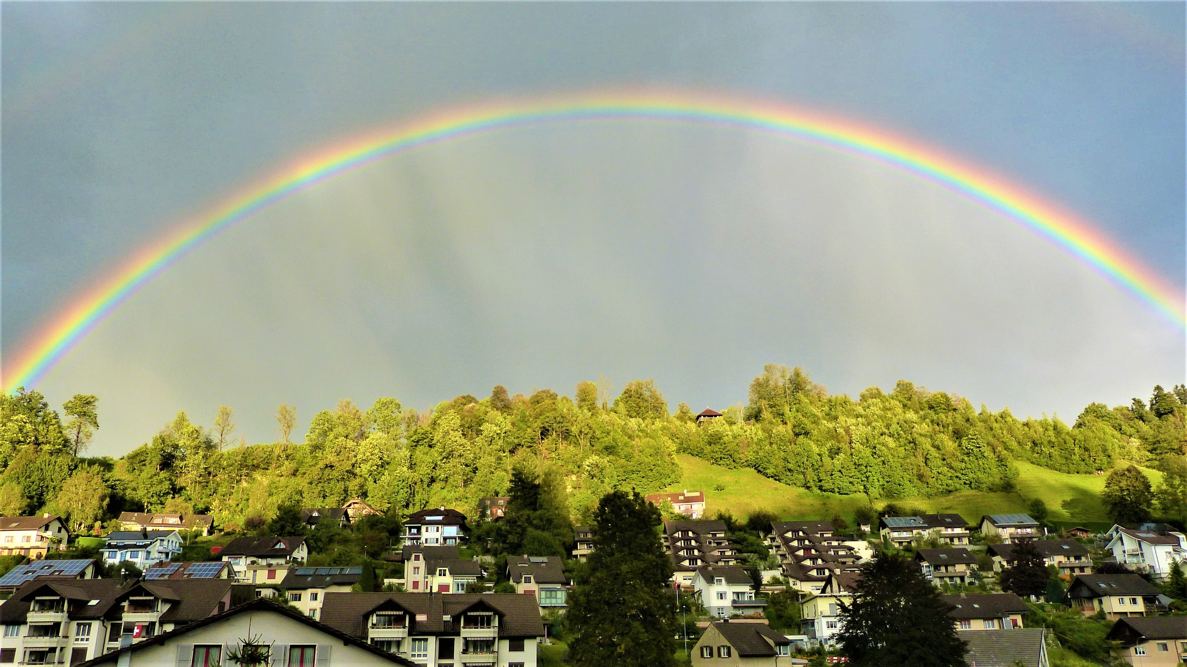 «Ein wunderbarer Regenbogen über der Burg Wolhusen», schreibt Leser-Reporter Josef Lustenberger zu seinem Bild hier.