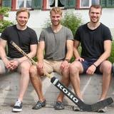 Mit drei Söhnen in den höchsten Schweizer Ligen eine grosse Thurgauer Eishockeyfamilie (von links): Mutter Romy, Flavio, Reto, Silvio und Vater Jörg Schmutz vor ihrem Zuhause in Lenzenhaus. (Mario Gaccioli)