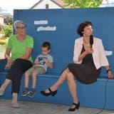 Heimleiterin Domenika Schnider (rechts) beantwortete die Fragen der Bewohnerinnen und Bewohner des Haus Wieden sowie diejenigen von Susi Crescenti (links). (Bild: Alexandra Gächter)