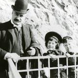 Fritz Hoffmann mit seinen beiden Söhnen Emanuel und Alfred im Jahr 1903. (zvg)