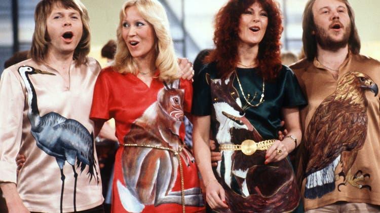 Die schwedische Popgruppe Abba mit (l-r) Björn Ulvaeus, Agnetha Fältskog, Anni-Frid Lyngstad und Benny Andersson bei einem Auftritt in einer deutschen Fernsehshow 1978. (Schilling / dpa)