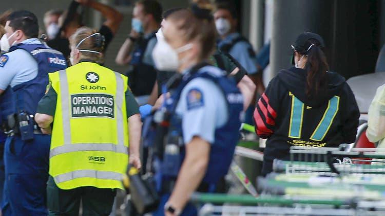 Die Polizei und Ambulanz-Mitarbeiter vor dem Supermarkt, in dem sich die Terrorattackeereignet hat. (Bild: Alex Burton/AP)