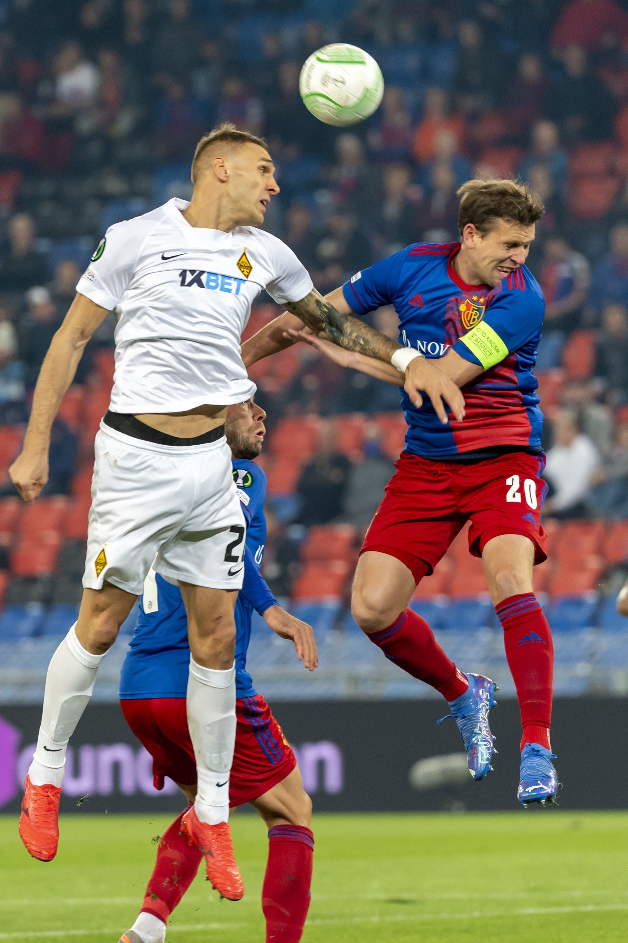 Der Ball ist oft in der Luft sodass es zu Kopfballduellen kommt. Zu Beginn gewinnen diese die Kasachen später aber der FCB und Fabian Frei.