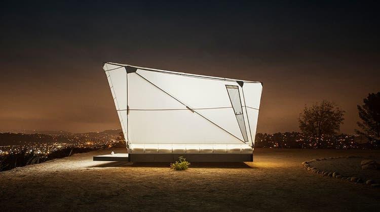 Keine utopischeOuter Space-Wohninsel, sondern erst ein Energie- und Netzautonomes High-Tech-Zeltvon Jupe. Im Hintergrund: Los Angeles. (Bild: Sam Gezari, www.jupe.com)