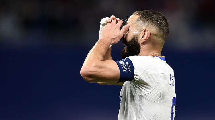 Real-Stürmer Karim Benzema traut nach der 1:2-Niederlage gegen den krassen Aussenseiter Sheriff Tiraspol seinen Augen nicht. (Jose Breton / AP)