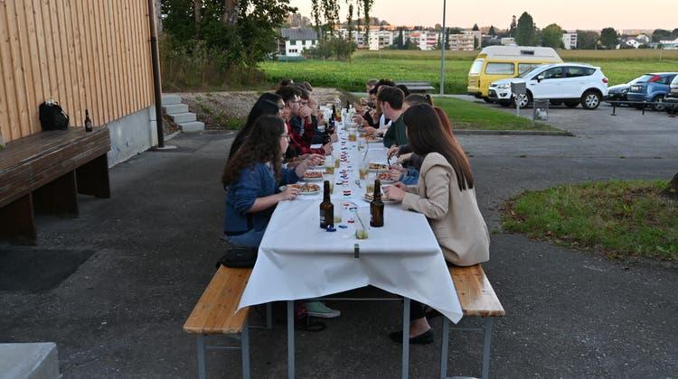 Die Biberister Jungbürgerinnen und Neubürger beim gemeinsamen Abendessen. (zvg)