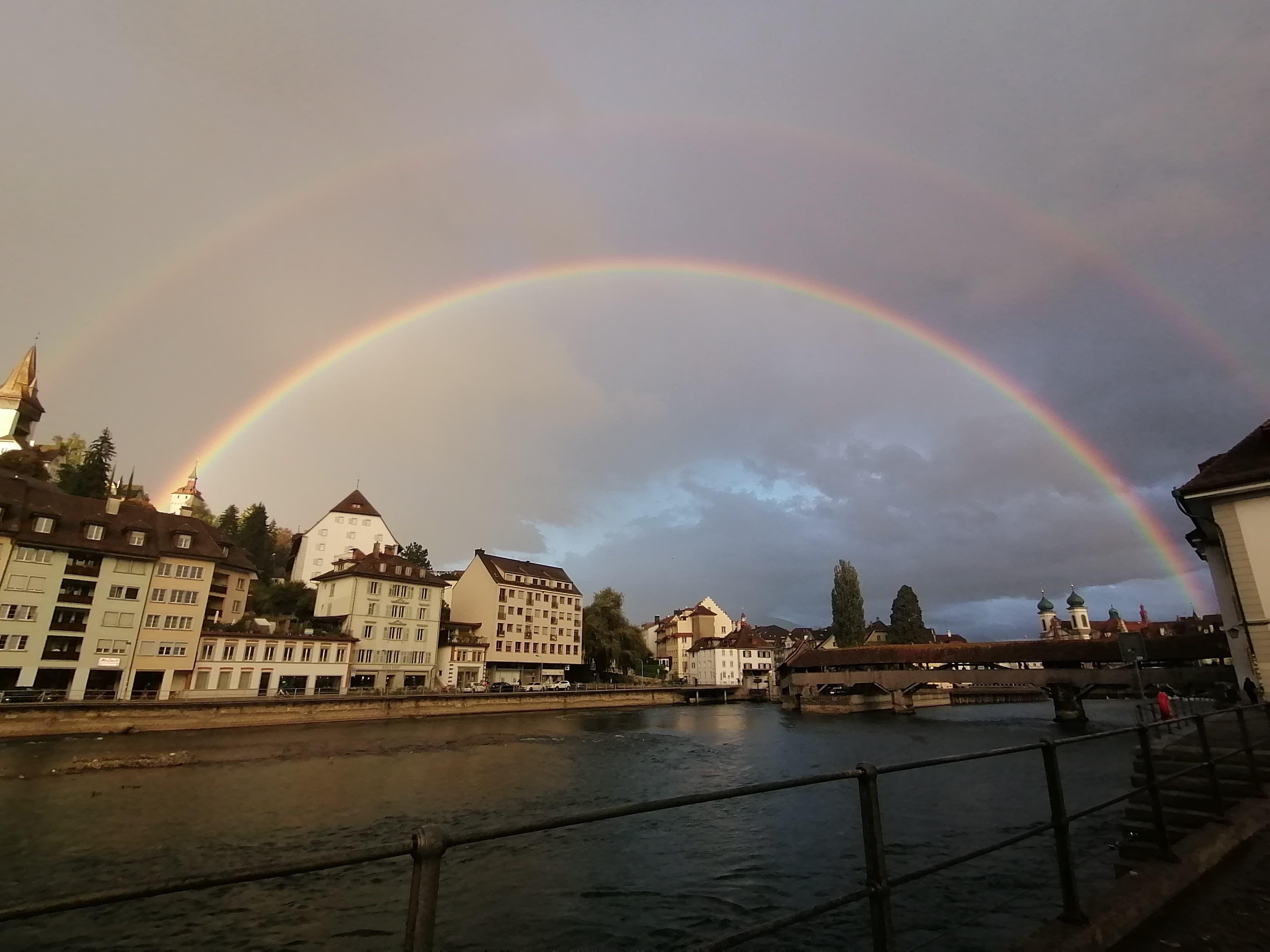 Leserin Carman Von Allmen geriet ins Schwärmen: «Regenbogen über der schönsten Stadt der Schweiz. Ein höchst seltener und kraftvoller Moment.»