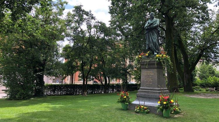 Die Zschokke-Statue im Kasinopark. Dieses Jahr wurde sie für den Maienzug geschmückt. (Katja Schlegel/Aargauer Zeitung)