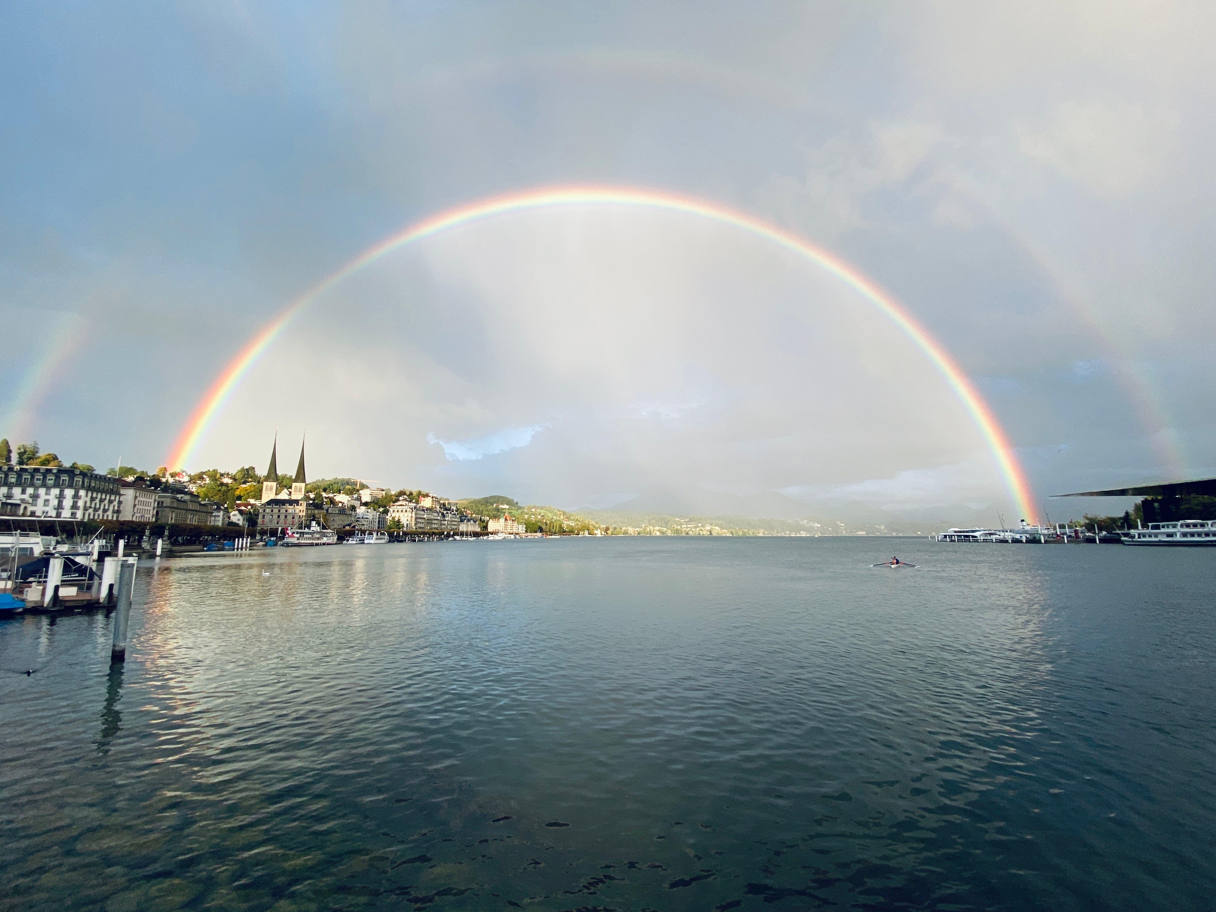 Fetter Regenbogen über dem Luzerner Seebecken, schreibt Leserin Michèle Rüedi.