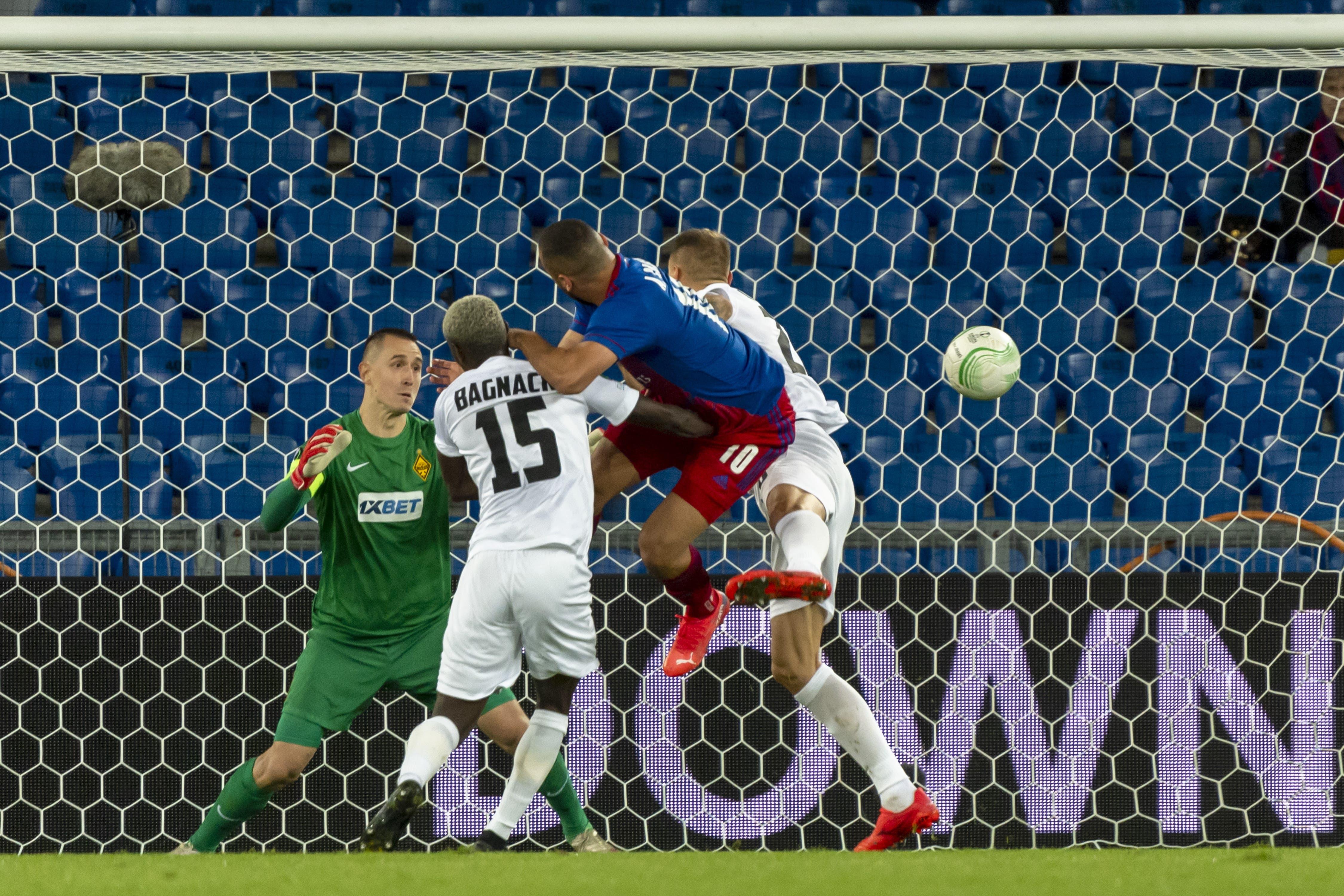 Arthur Cabral verwandelt einen Kopfball auch gegen zwei Gegenspieler zum 1:0.