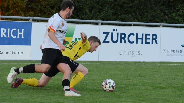 Das Spiel zwischen Kirchberg und Eschlikon blieb bis zum Abpfiff hart umkämpft, am Boden Mario Kuhn. (Bild: Beat Lanzendorfer)