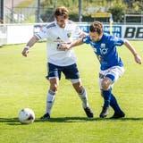 Mit KristianNushi (in Weiss) für Uzwil und Silvano Schäppi für Gossau standen sich im Derby zwei ehemalige FC-Wil-Spieler gegenüber. (Bild: Andrea Stalder)