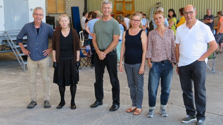 Ein Teil des künstlerischen Teams der Freilufttheater-Produktion «Roduner und Co.» (von links): Adrian Meyer (Regie), Bernadette Meier (Kostüme), Stefan Hegi (Bühnenbild), Elisabeth Geissmann (Musik), Mariana Coviello (Choreografie), Pius Schöpfer (Produktionsleiter). (Marc Ribolla)