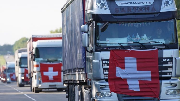 Trucks mit Fahne: Ein Hilfskonvoi mit Gütern aus der Schweiz in der Ukraine. (EDA/Twitter)