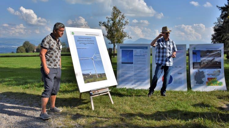 Stefan Schimon (links) und Andreas Wespiinformierten an der Lindenbergbegehung über Lärm, Schattenwurf und die Wirtschaftlichkeit der Windräder. (Melanie Burgener)