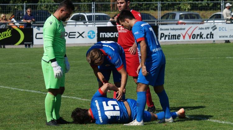 Harte Landung für den FC Engstringen: Deniz Sert (Nummer 15) liegt im Dietiker Strafraum und wird umsorgt. (Ruedi Burkart)