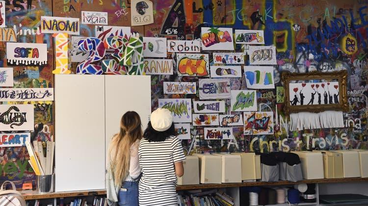 An der 100-Jahr-Feier wurden Erinnerungen wach: Zwei ehemalige Schülerinnen spazieren durch ihr altes Klassenzimmer. (Bild: Alexander Wagner)