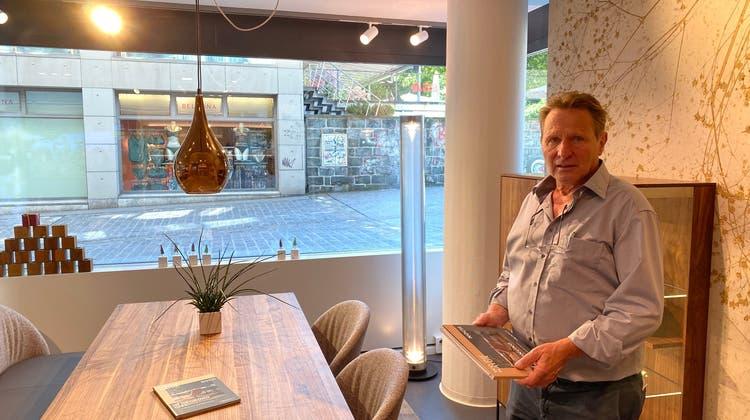 Neues Zuhause: Türmlihuus-Geschäftsführer Sepp Lombriser grüsst aus dem neuen Standort an der Neugasse. (Bild: Pascal Keel)