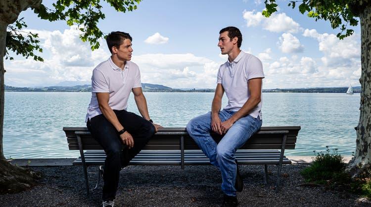 Zurück beim EV Zug: Reto Suri (links) und Fabrice Herzog im Gespräch am Zugersee. (Bild: Stefan Kaiser (Zug, 23. August 2021))