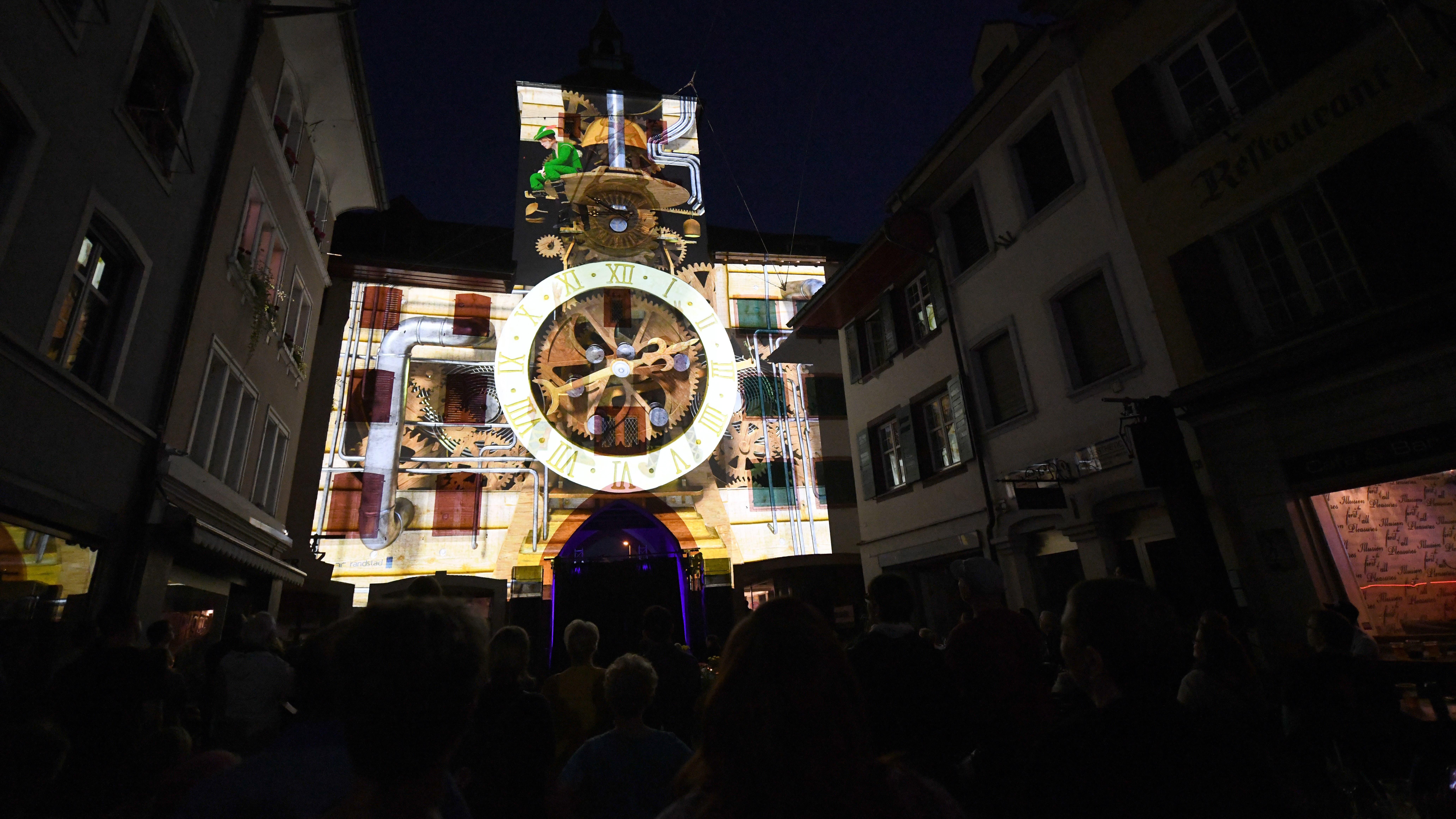 Hier wurde eine grosse Uhr auf das Törli projektiert.
