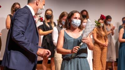 Rektor Silvio Herzog übergab die Rosen. (Bild: Micha Eicher (Schwyz, 3. September 2021))