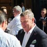 Gastro-Suisse-Präsident Casimir Platzer im Gespräch mit Delegierten des St.Galler Gastroverbands in Berneck. (Bild: Andri Vöhringer)