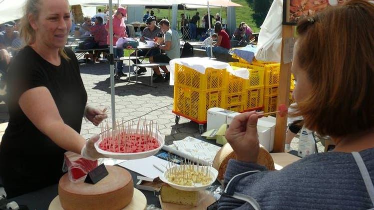 Am ersten Käsemarkt auf dem Iltios konnten die Besucherinnen und Besucher eine Vielzahl von Produkten degustieren, nicht nur Käse. (Bild: Franz Steiner)
