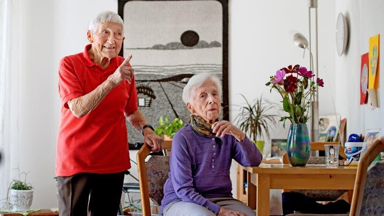Im Chronehof Schnottwil. Angela Rohrbach (links) und Erna Hert erzählen wie sie die Coronazeit im Alterssitz DépendanceChronehof erlebt haben. (Corinne Glanzmann)