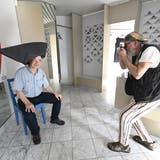 Presserundgang durch die 22. Grenchner Triennale mit dem Künstler Kardo Kosta (rechts) und Organisator Philipp Glocker , Kunstgesellschaft Grenchen (Oliver Menge)