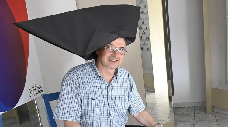 Bei der Eröffnung der 22. Grenchner Triennale spassen Philipp Glocker (sitzend) mit dem Kurator der AusstellungKardo Kosta. (Oliver Menge)