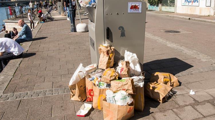 Am Rheinufer kommt es vor allem an sonnigen Tagen schnell zu überfüllten Abfalleimern. (Foto: Nicole Nars-Zimmer)