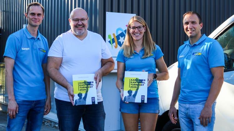 Die Vorstandsdelegation (mit Präsident Maik Born, links) übergibt in Lenzburg die Bewerbung des TV Stein an den Zentralpräsidenten des Aargauer Turnverbands, Jörg Sennrich (2.v.l). (Zvg / Aargauer Zeitung)