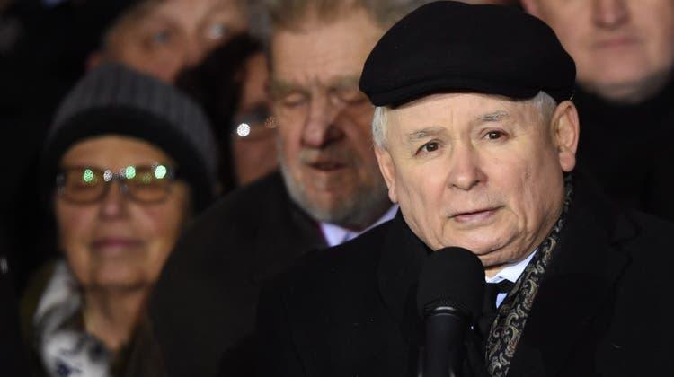 Polens Regierungschef Jaroslaw Kaczynski verhängt den Notstand: Die Lage an der Grenze zu Weissrussland spitzt sich zu. (Radek Pietruszka / EPA)