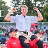 Sein bislang grösster Triumph: Luca Müller wird nach seinem Sieg beim Eidgenössischen Nachwuchsschwingertag geschultert. (Tobias Meyer-Stöckli (Schwarzenburg, 29. August 2021))