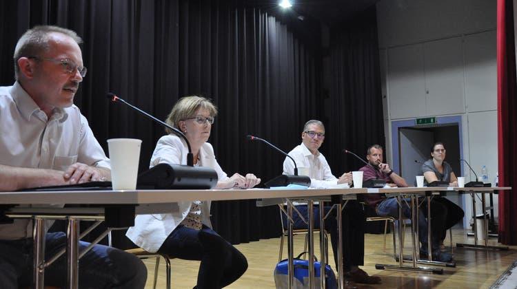 Die Pro- und Contra-Lager sitzen links und rechts neben Diskussionsleiter Fabian Hägler (Stv. AZ-Chefredaktor, mitte). (Nathalie Wolgensinger)