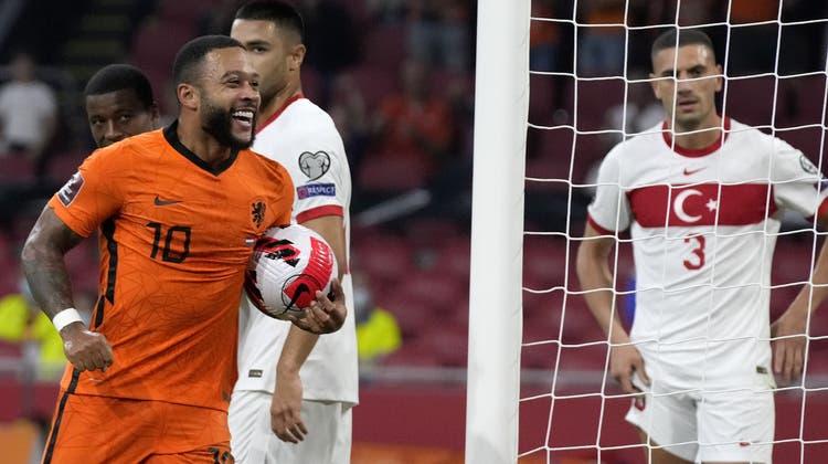 Memphis Depaytrifft gleich dreimal. Die Holländer übernehmen dank dem überlegenen Sieg die Tabellenführung. (Keystone)