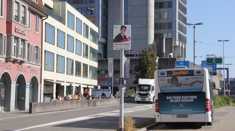 Wahlplakate – wie hier am Bahnhof Brugg – können bei der Montage und Demontage zur Beschädigung der Kandelaber führen. (Bild: Claudia Meier)
