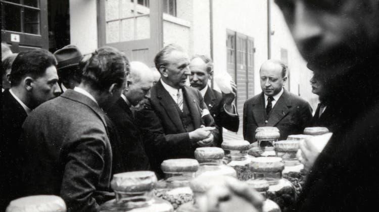 Gefürchtet und bewundert: Der langjährige Roche-Chef Emil C.Barell mit belgischen Ärzten in Lausanne 1930. (zvg)